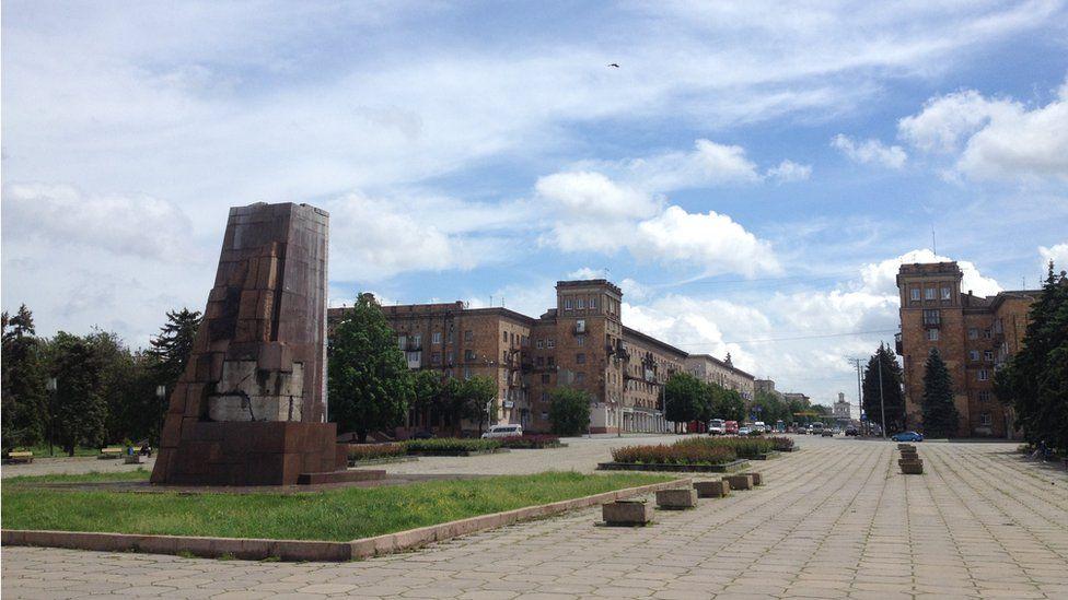 Anıtlar kentlerin dokusunda önemli bir yere sahip. Bu anıtların kaldırılması yerleşim yerlerinin yapısında boşluklar oluşturdu. (Fotoğraf: Vitaliy Şevçenko)