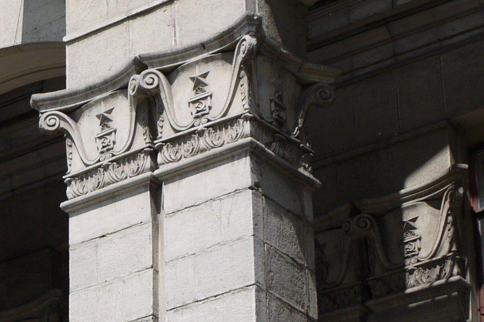Ayrıca Zaporizhya'daki gibi binaların cephelerine işlenen bu sembollerin nasıl silineceği de meçhul. (Fotoğraf: Yuriy Tatarenko)
