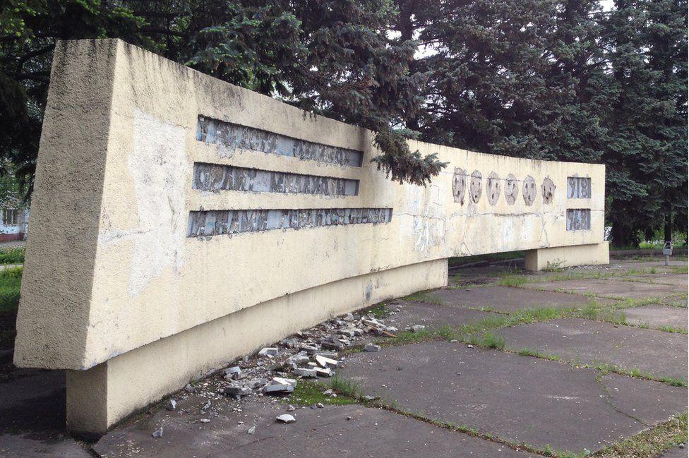 """Komünist hükümetin """"Arkamızda milyonlarca kartal var"""" sloganın yer aldığı bu heykel de artık yerle bir olmuş durumda. (Fotoğraf: Vitaliy Şevçenko)"""