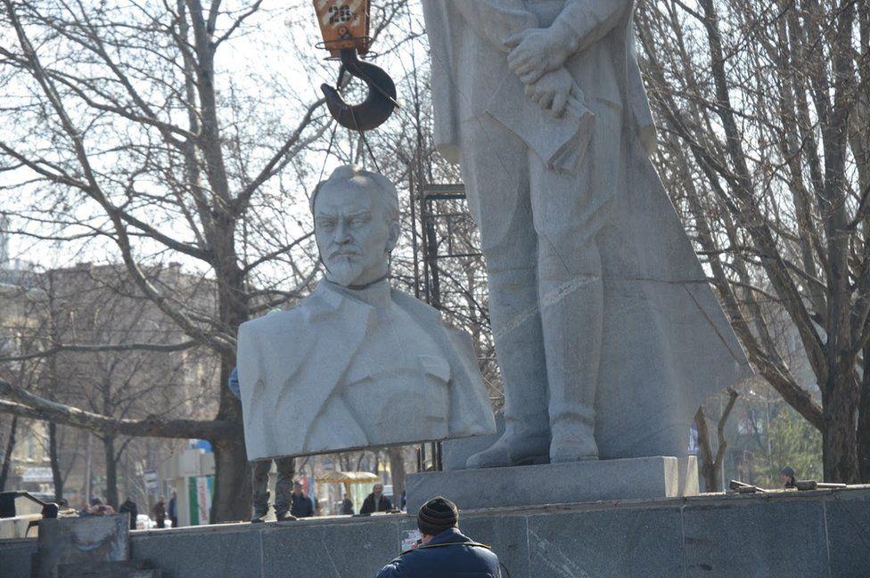 Yıkılan ilk Lenin heykellerinden biri Zaporoje'deki Özgürlük Meydanı'nda bulunuyor. (Fotoğraf: Maksim Şerbina)